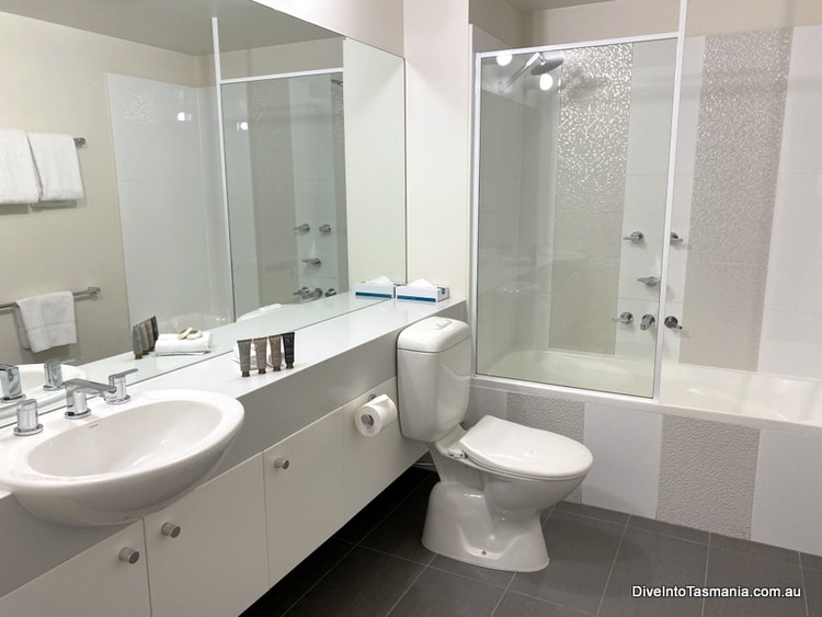 Somerset On The Pier apartments bathroom