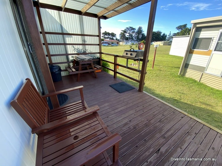 Big4 Kelso Sands Holiday Park Two-Bedroom Bungalow outside deck and bbq